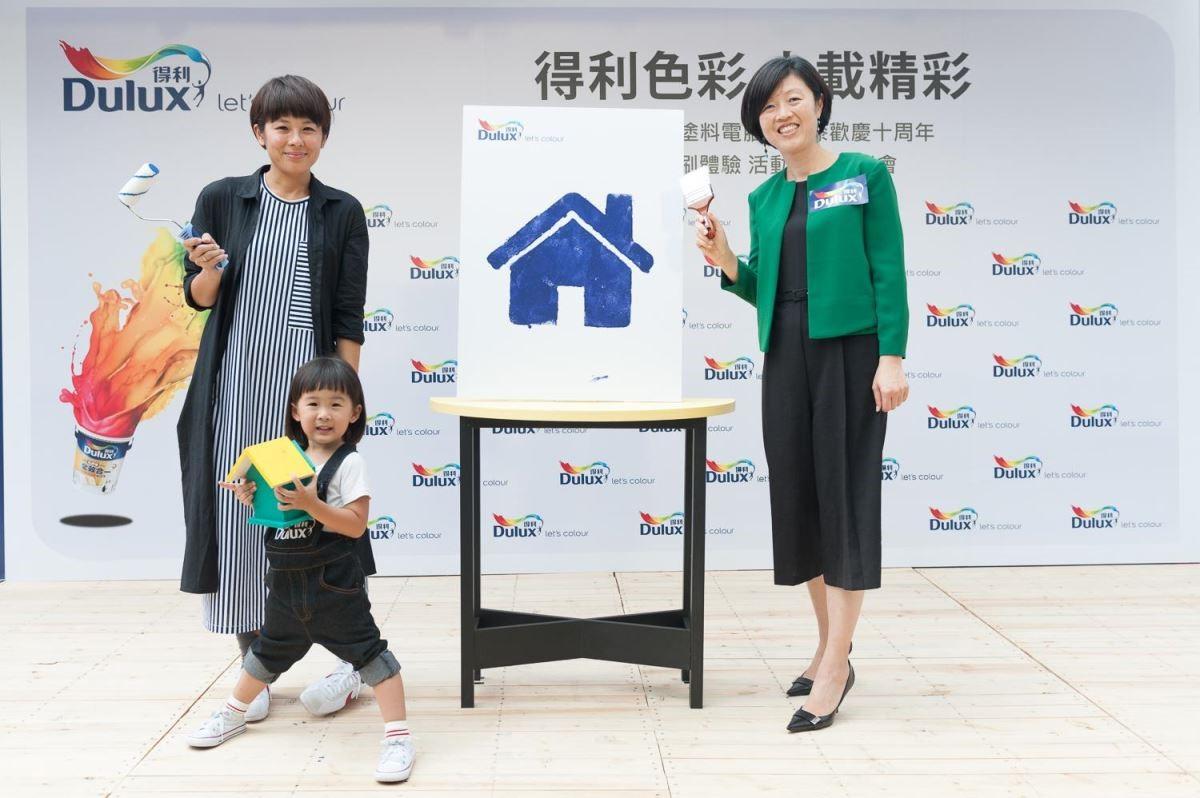 右起,Dulux得利塗料行銷暨業務發展總監何琪婷、萌萌、萌媽一起啟動夏日塗刷新風潮
