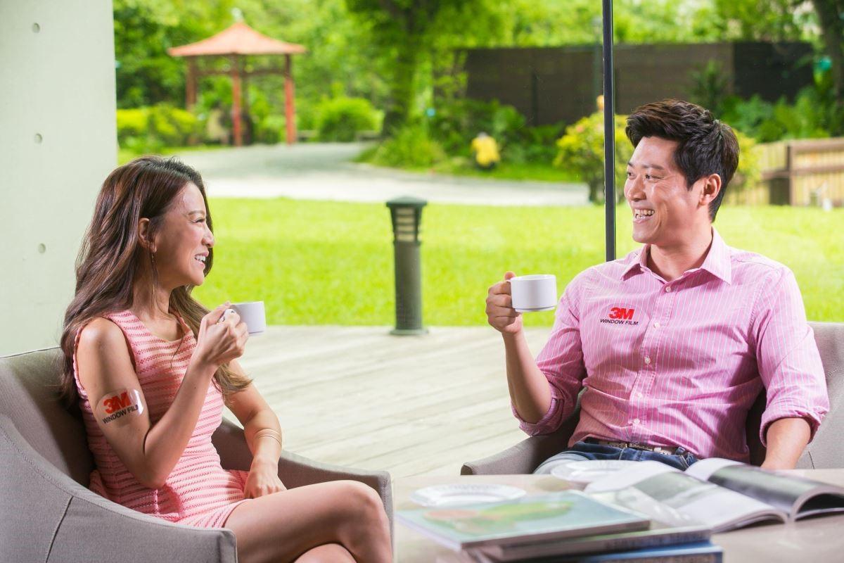 侯昌明與曾雅蘭自從在主臥室貼3M™建築隔熱節能膜後,最愛在家眺望美景晒恩愛!