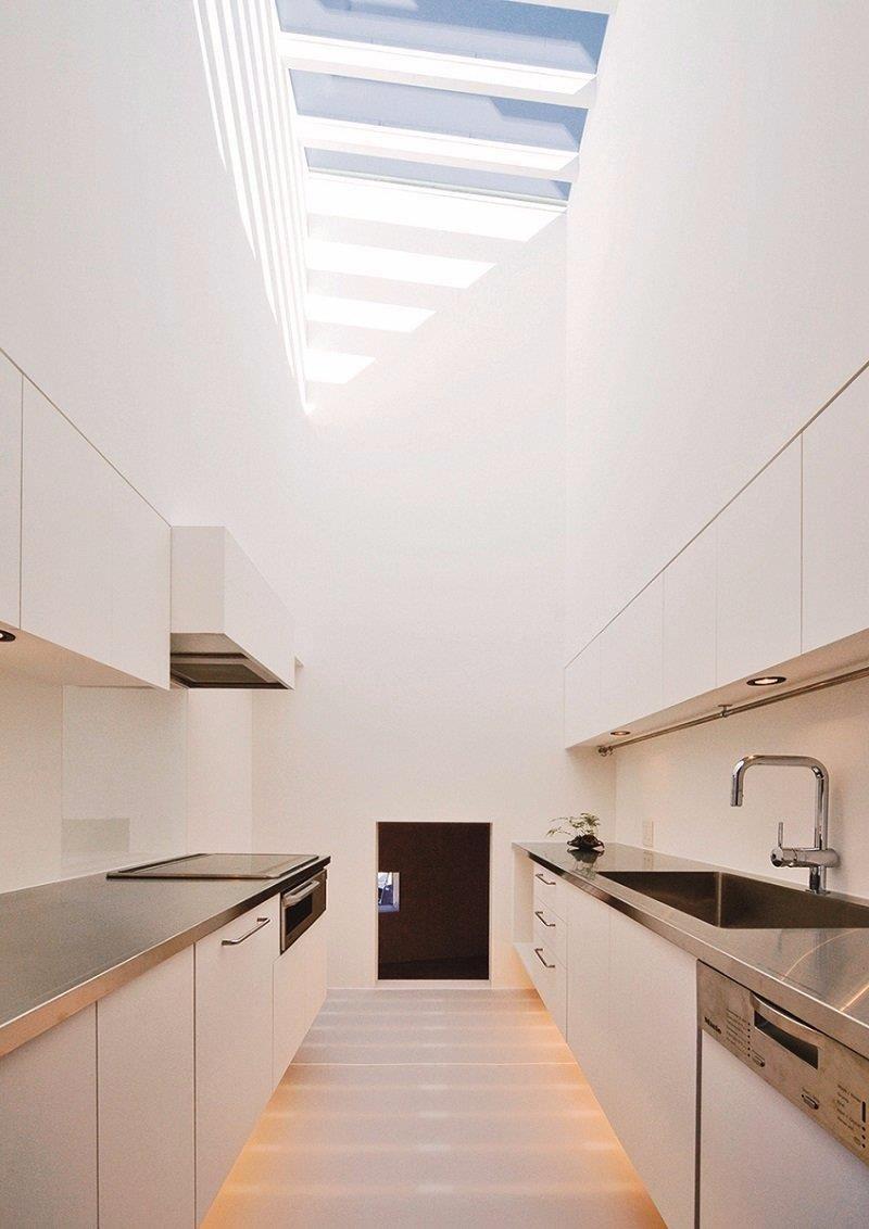 從廚房入口往瓦斯爐側的開口望去,上方是天窗。(「葉山之家」設計:acaa 攝影:上田宏)