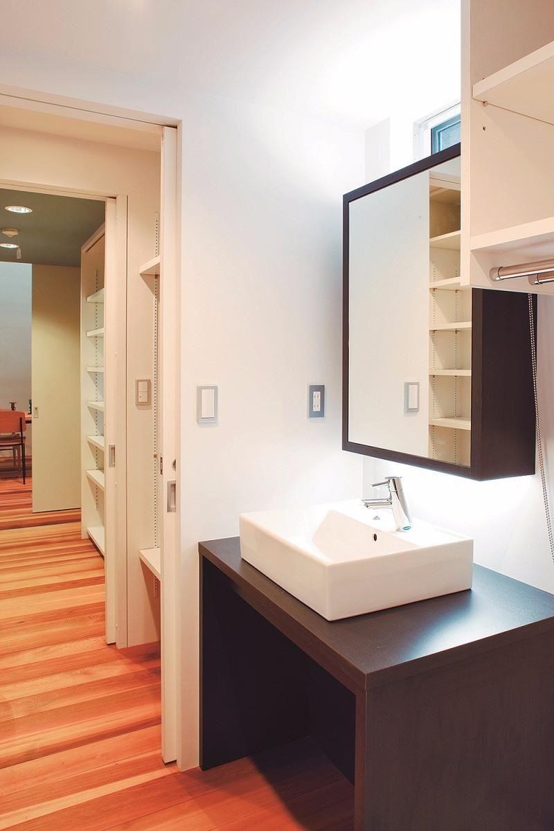 從盥洗室往廚房方向望去。並排擺放收納櫃。(「YADOKARI」設計:Far East Design Lab 攝影:平剛)