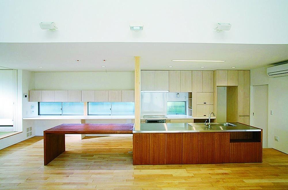 廚房正面。左側是餐廳。(「面向庭院之家」設計:ARCHIPLACE設計事務所 攝影:石井正博)