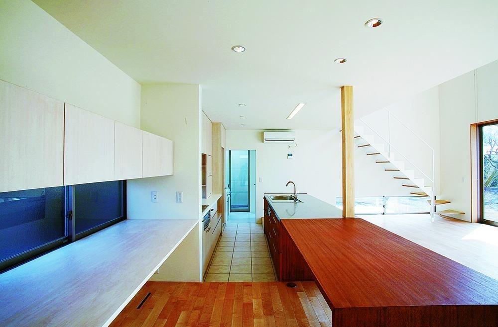 從廚房往盥洗室方向望去。(「面向庭院之家」設計:ARCHIPLACE設計事務所 攝影:石井正博)