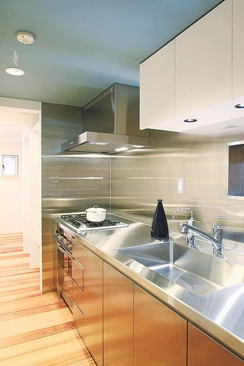 從廚房內部往盥洗室方向望去。到用水空間為止都是一直線的動線。(「YADOKARI」設計:Far East Design Lab 攝影:平剛)