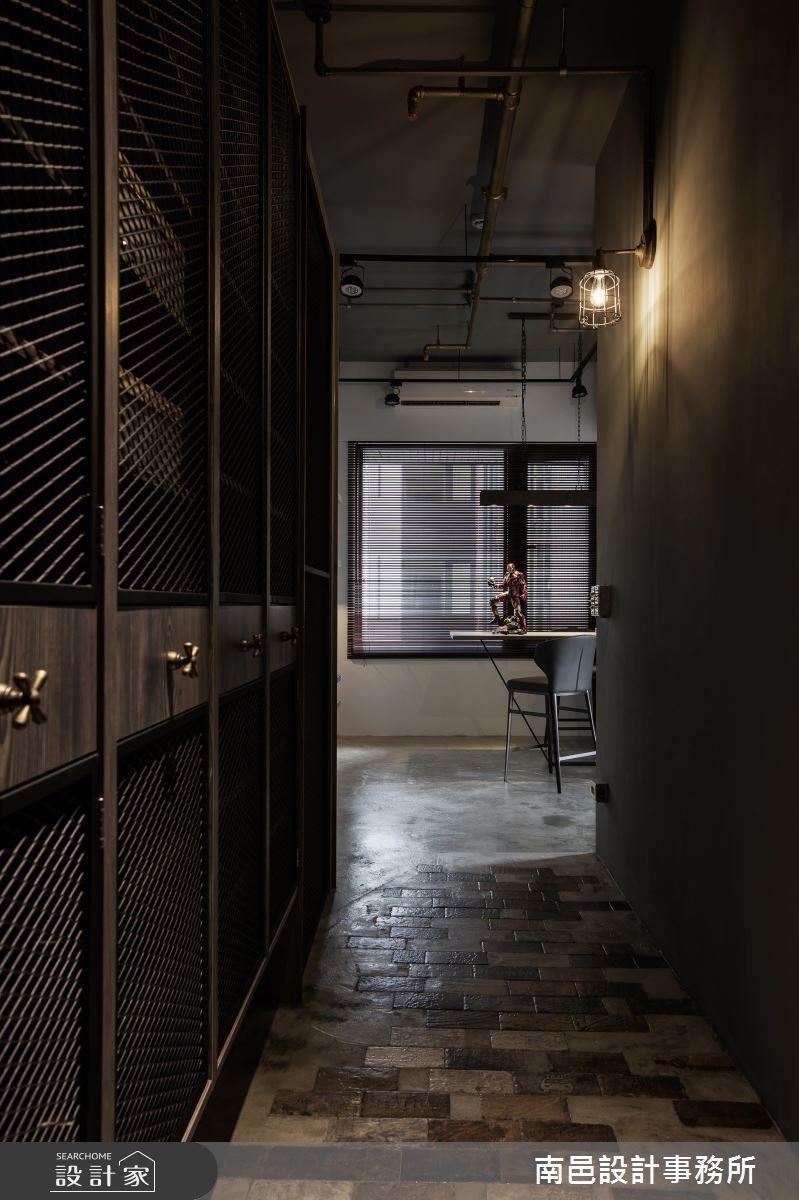玄關以帶點粗獷質感的地磚、沖孔金屬板等材質來做引領,成功譜出風格的序曲。