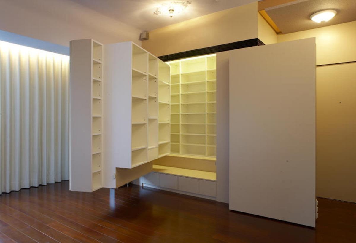 電視牆背後的層板間距較大,可收長靴,高度可微調。 層板高度約15 公分,適合收納平底鞋。  圖片提供_力口建築