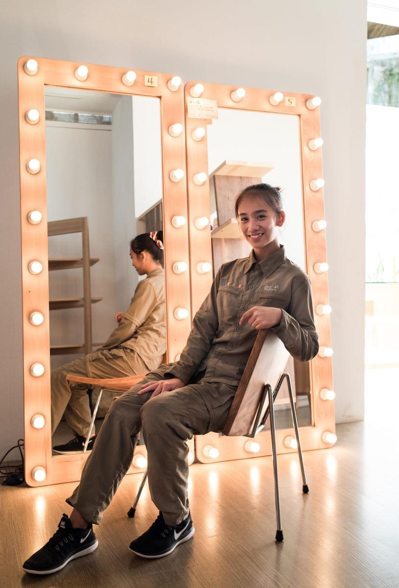 玉東國中木工班同學葉沂萱,親切的介紹親手配置電線的穿衣鏡,她表示:「參加木工班很有趣,讓我獲得很大的成就感。」