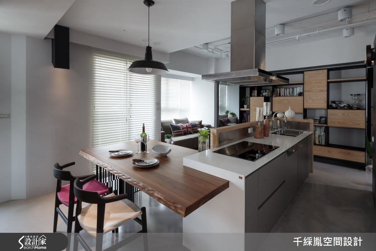 客廳沙發、餐桌、廚房中島採 ㄇ 型安排,讓主人、客人可以隨時面對面,不但不會影響寬敞感,也有充足的生活機能。