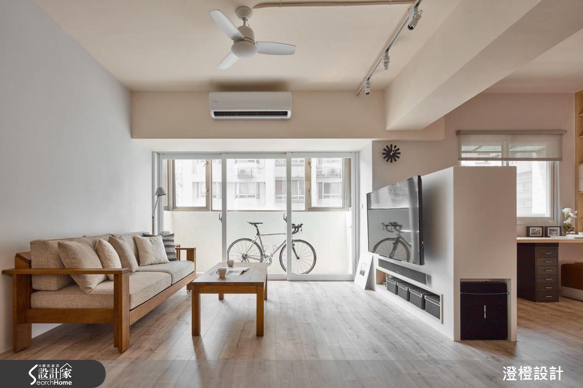 木地板的拼法、大小也會影響到空間的視覺感受,大面積的板材沿著空間中較長的一邊鋪排,巧妙地讓客廳看起來更加放大了。
