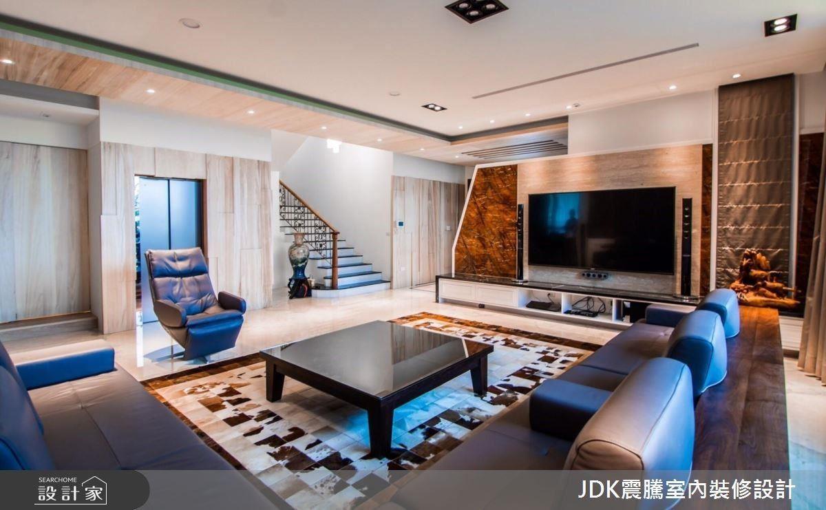 一樓以長輩為考量,在空間色系上採用不過於鮮豔、明亮柔和白色系為基底,妝點溫潤木質色系,並引入屋主喜愛的自然元素,帶來舒適溫暖的生活感。