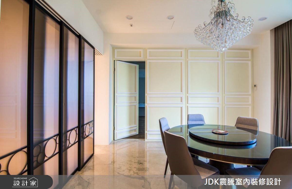 餐廳區採混搭設計,傳統的圓桌、古典風線板、華麗的水晶吊燈,搭配柔和的鵝黃色壁面,為現代空間增添一番趣味,仔細一瞧,壁面還有一個隱藏式的門通往主臥室呢!