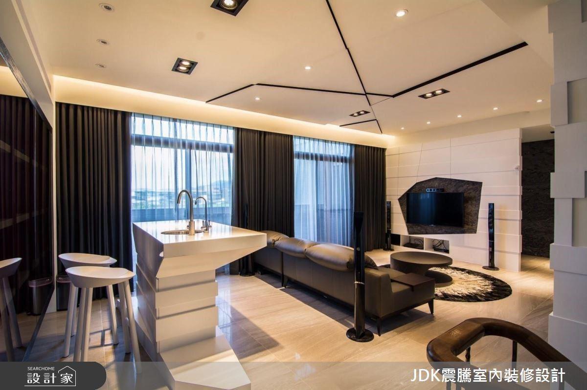 來到二樓空間是截然不同的新穎景致,跳脫制式框架規劃輕鬆度假風。