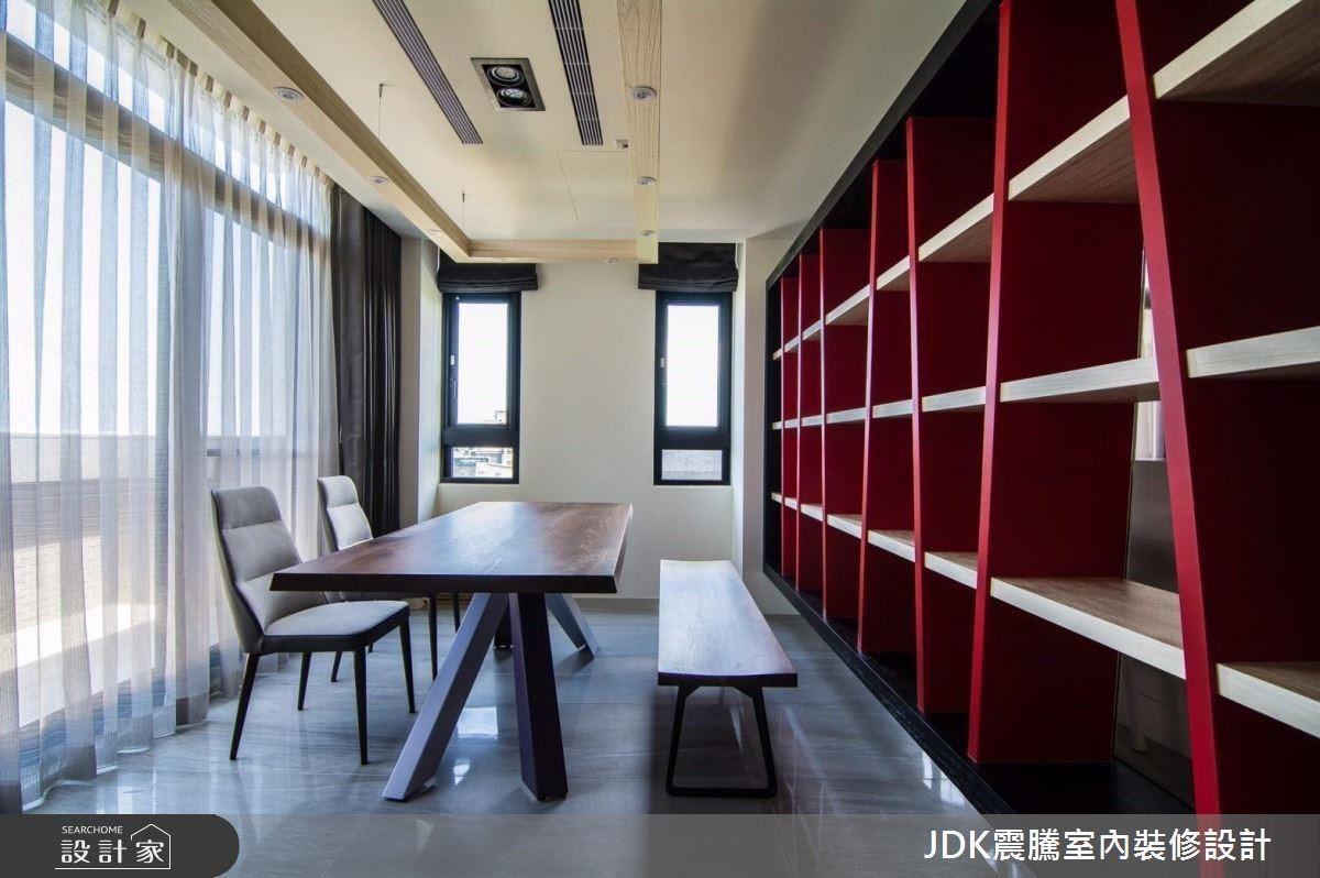 利用法拉利紅、木質、黑色水平垂直交織出的書櫃,做為公領域與書房的分界,並透過玻璃隔間,營造空間通透感。