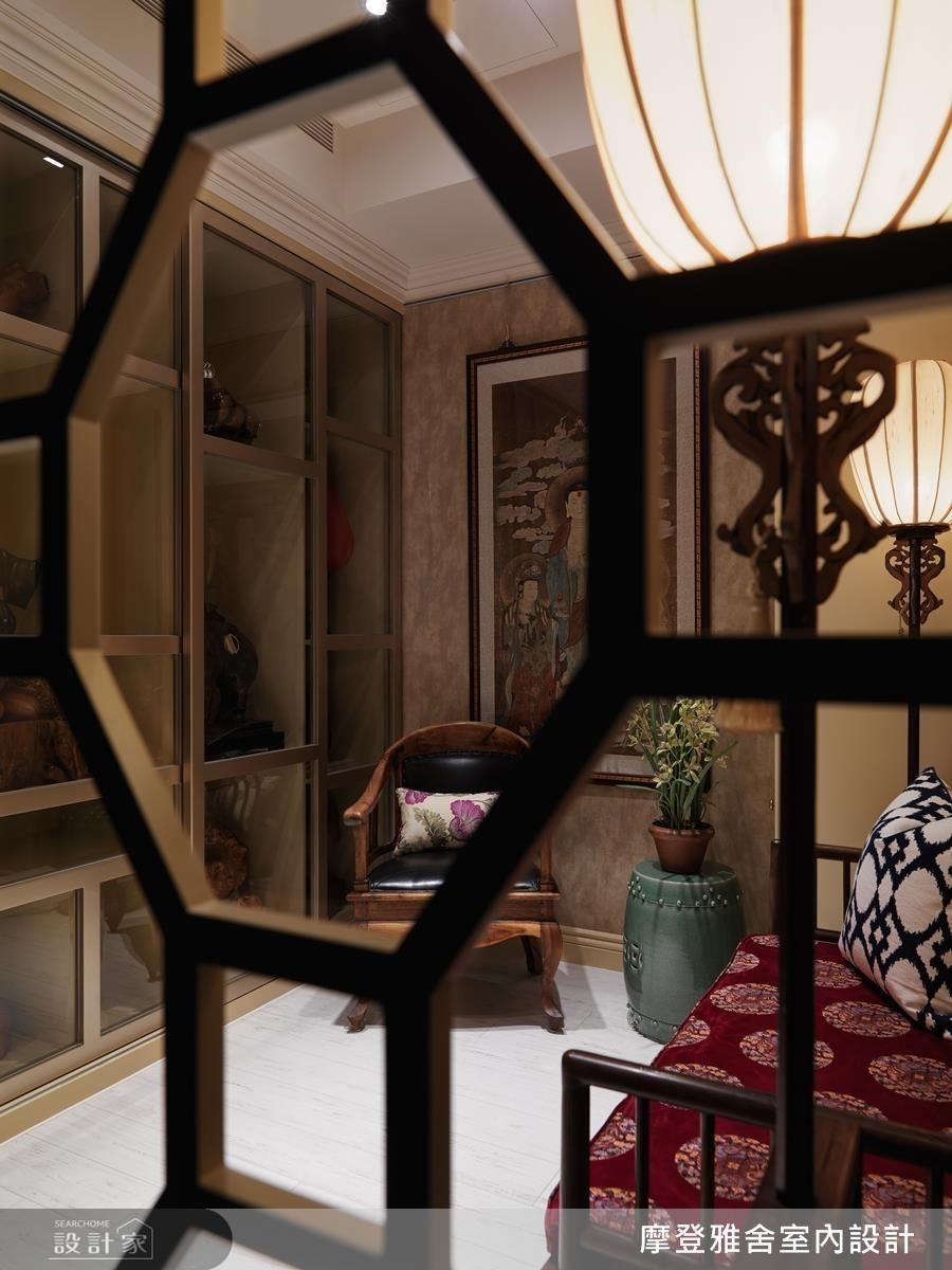 電視牆後的空間除了是屋主另一處收藏展示區外,也是平常冥想的地方。
