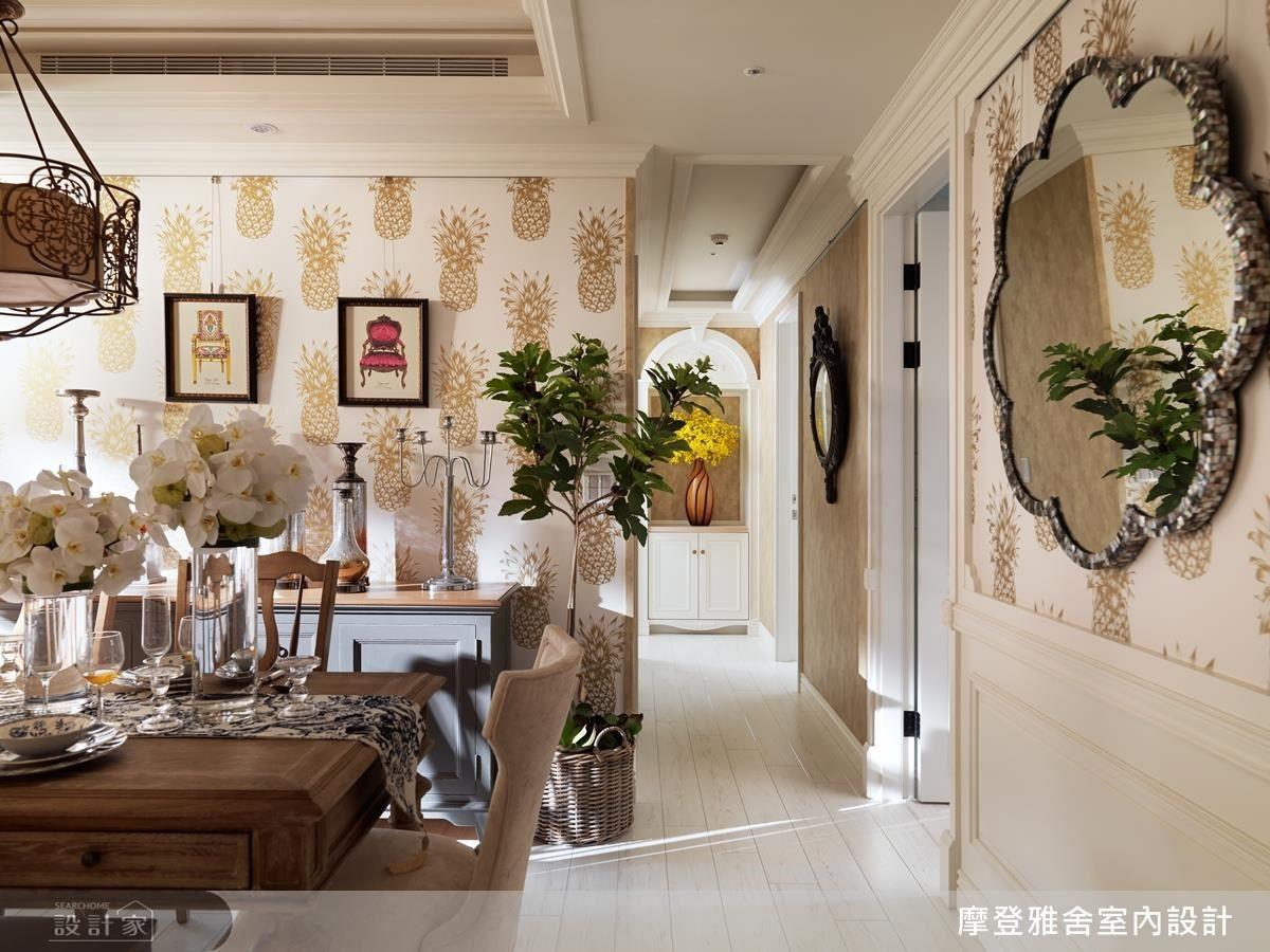 設計師巧妙重置屋主收藏的窗花,成為廚房與餐廳區隔的門面。精選的金色「旺來」壁紙,呼應整體空間色調,加乘精美華貴的質感。