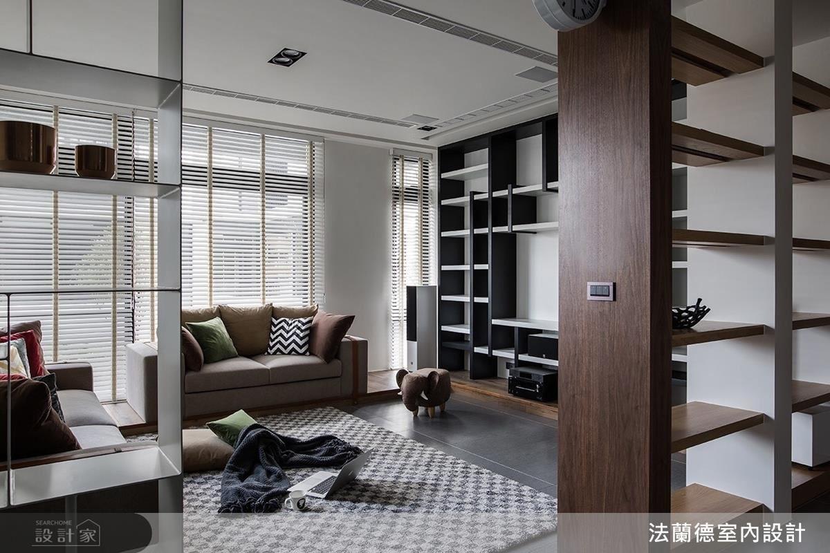 大面開窗引入的明亮光線與透空木質展示櫃相互輝映,為公領域注入一股活絡氣息。