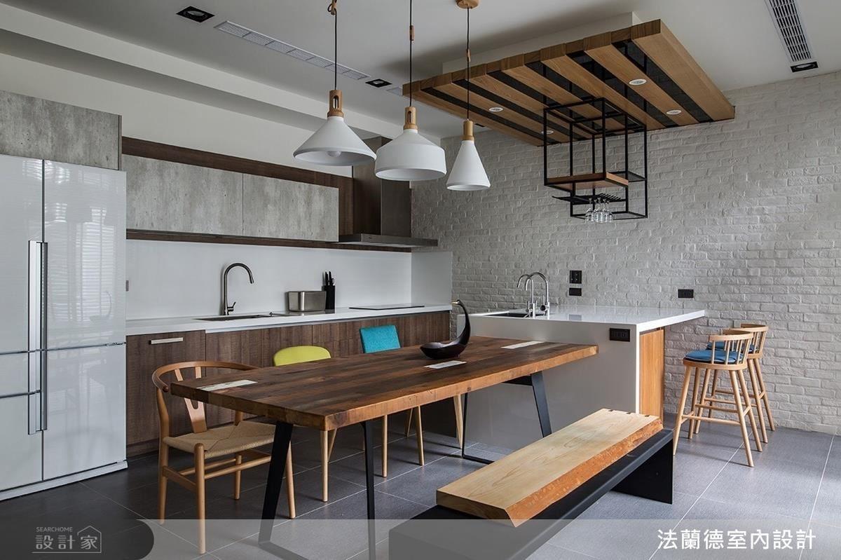 由女屋主要求的白色文化石拼貼出的餐廳端景牆,搭配木質鐵件桌椅,構築出清新舒適感。另一端特別設置黑板牆,具有小朋友玩耍抑或是家人出門留言的功能。