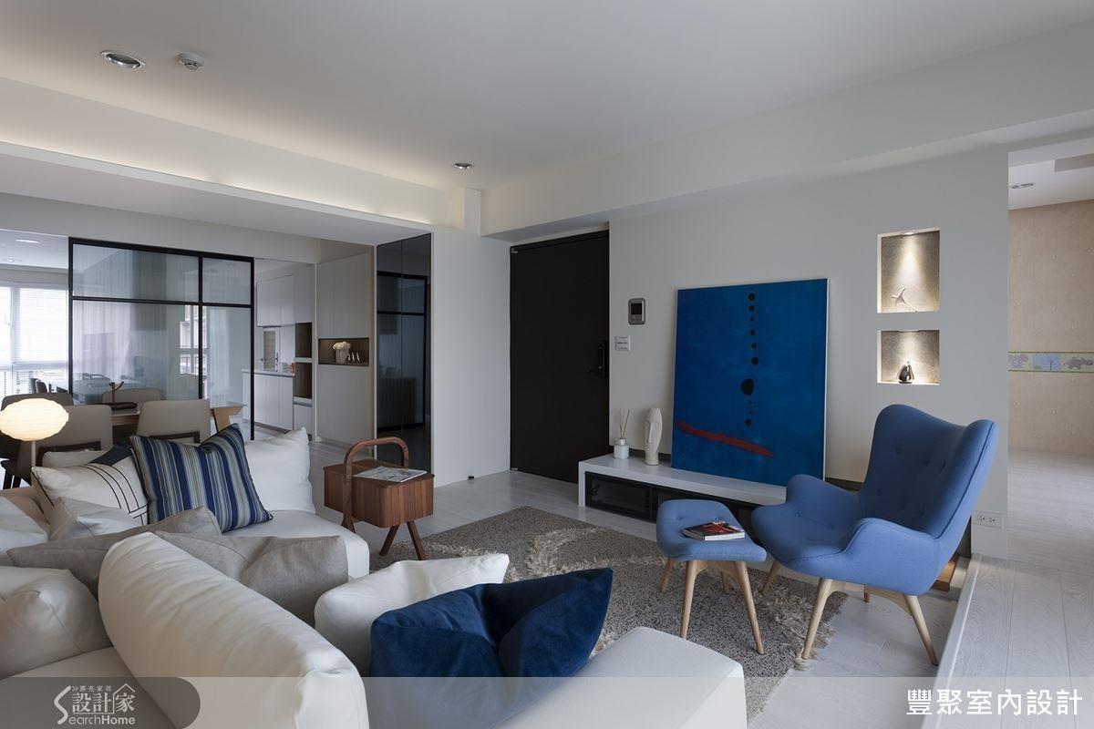 巧妙利用一道玻璃門片劃分書房、廚房以及客、餐廳兩側空間,兼具隱私、防止油煙溢散功能,更能維持優良採光。