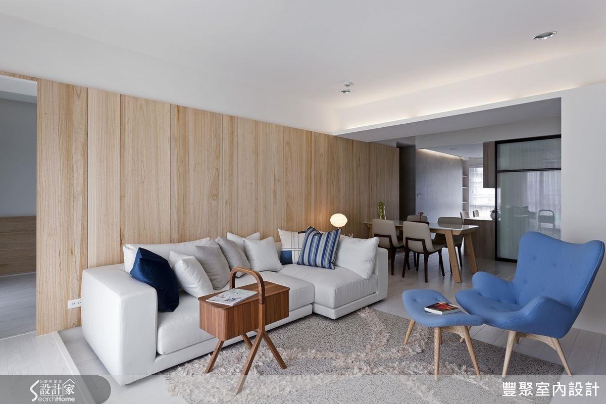 利用梧桐木皮與開放設計串連客廳與餐廳空間,達成有效的視覺延伸效果。