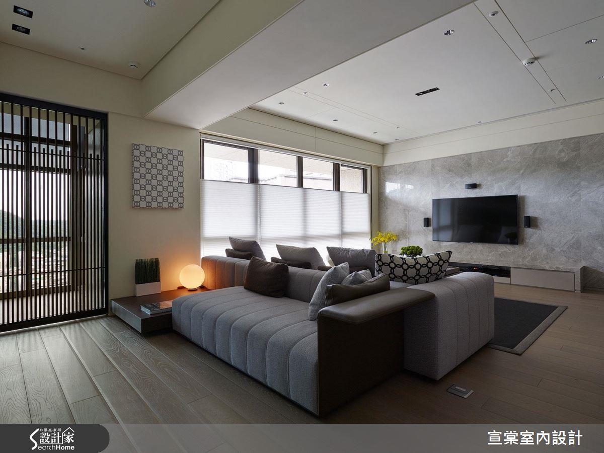 讓 2 張沙發背靠背,破除了客廳的刻板印象,同時兼具待客、休憩的多元機能。