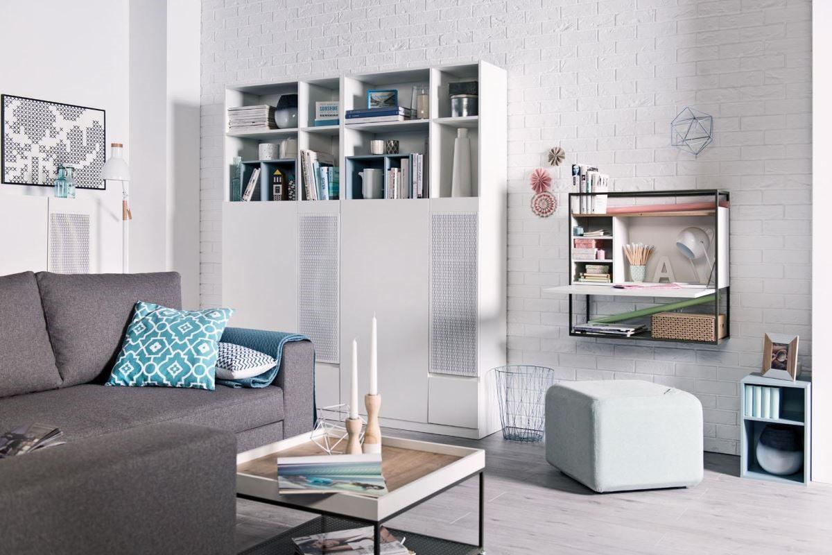 MUTO 系列的高書櫃,採對開金屬門與抽屜設計,書櫃內層板高度可調,上層開放空間可搭配同系列多色收納木箱(石墨灰 / 芥末黃 / 天空藍 / 灰玻璃),增加空間佈置的靈活度。