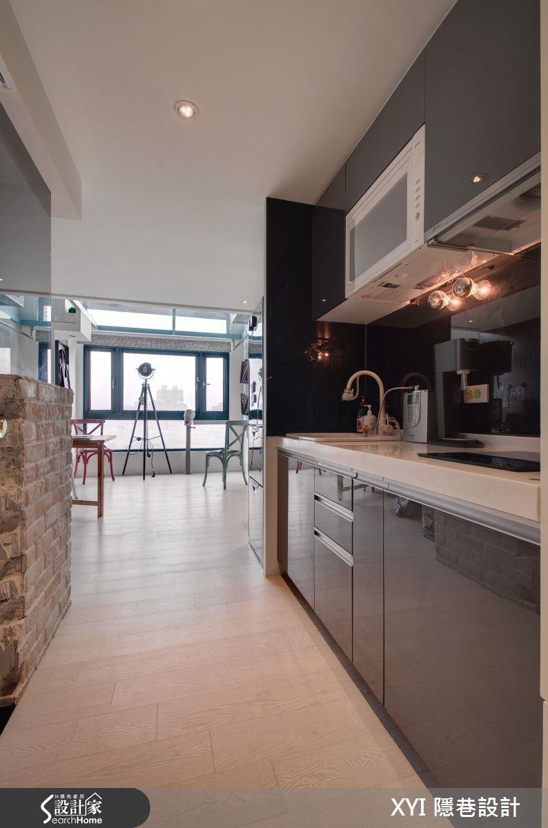 利用玄關空間與一字型廚房結合,也是小坪數常見的規劃。