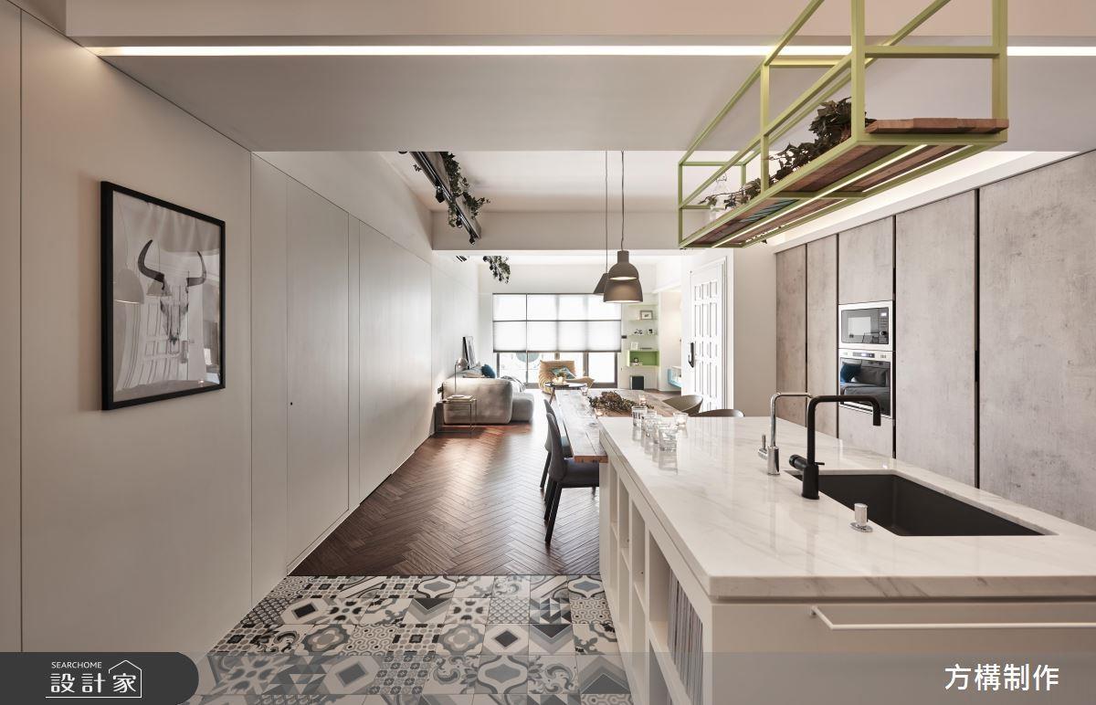白色系為主的居家,視覺相當清爽,花磚與人字拼地板創造延伸的效果。
