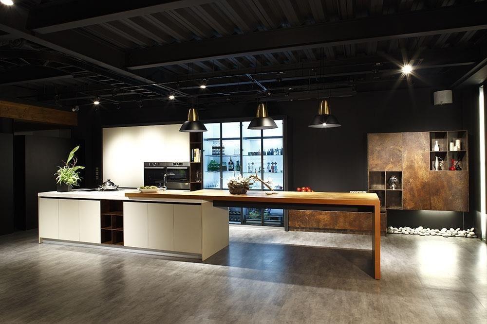 開放式廚房正夯,廚具門板的選擇,成為影響空間美感的關鍵。品牌:雅登廚飾台南店
