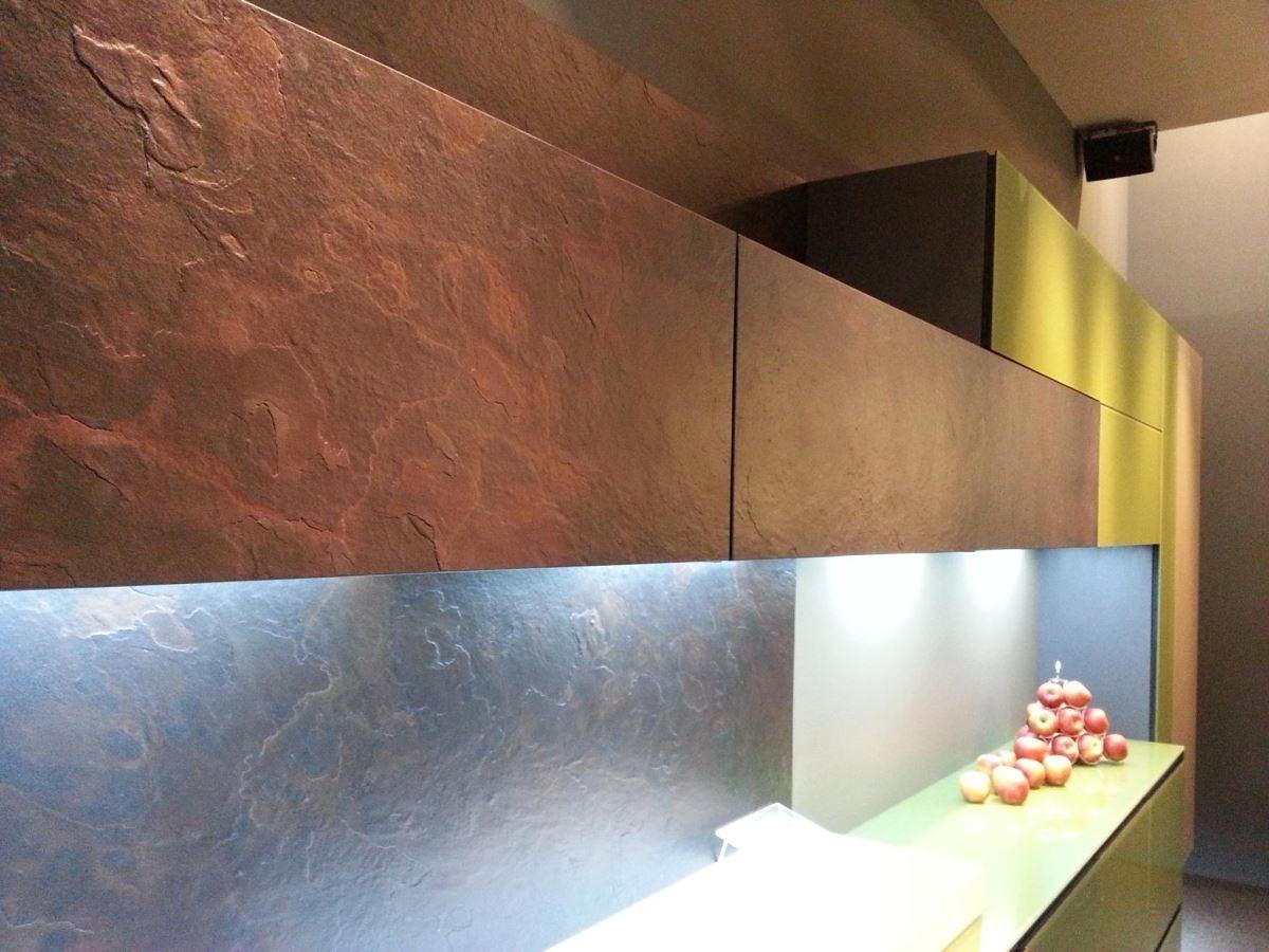 如石材般粗獷的立體門板,與細緻、光滑門板混搭,更能凸顯個性化廚房的設計張力。品牌:雅登廚飾中壢店