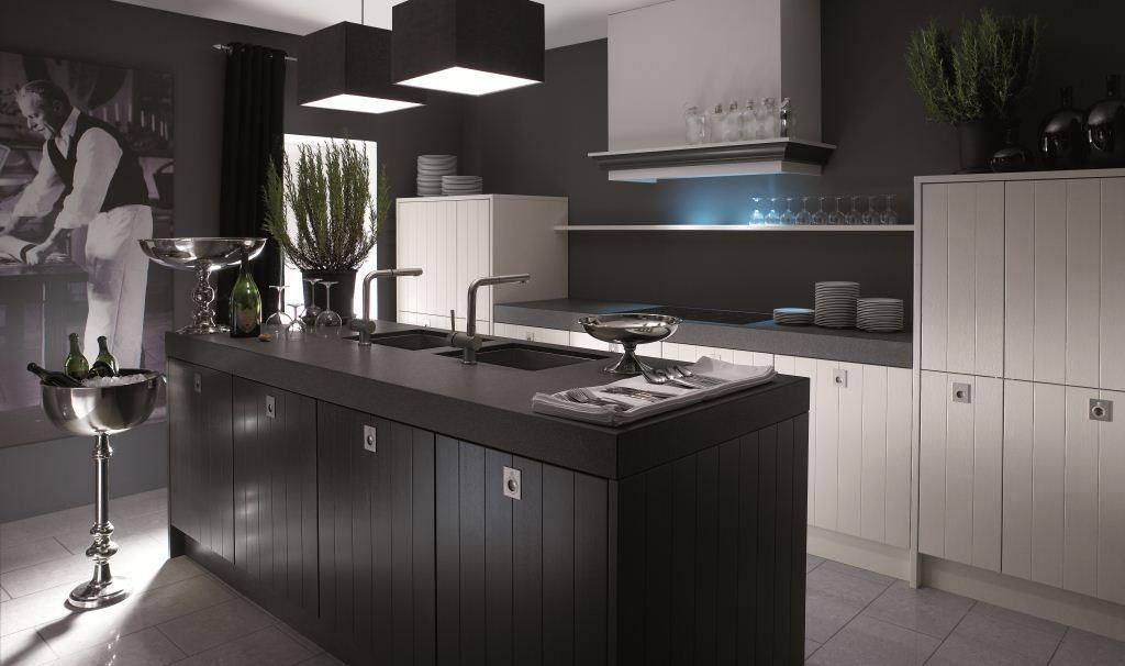 黑白對比的門板搭配,更能凸顯廚房的現代感。品牌:德國 Schröder 施羅德廚具