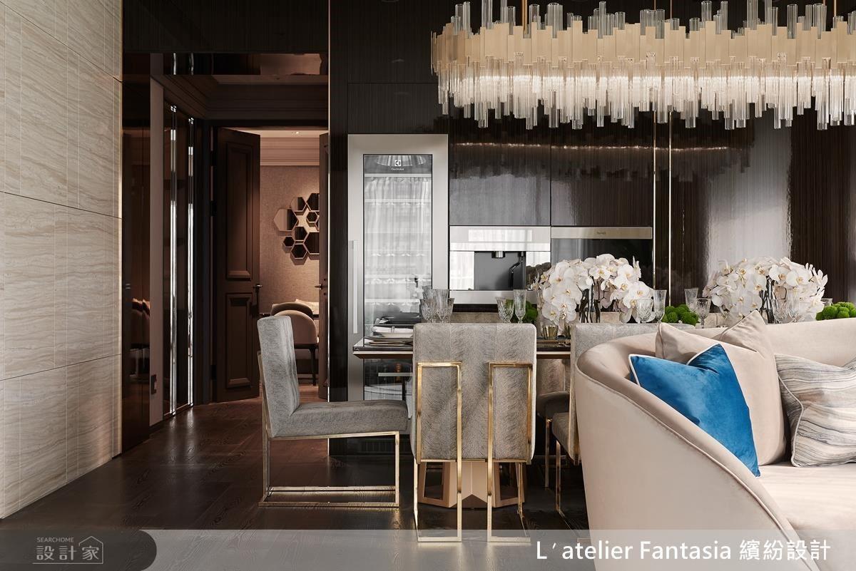 餐廳,深色的櫃體,呼應金色的主燈,讓空間自然呈現層次感。