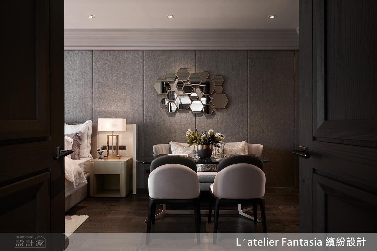 主臥室,將 Art Deco 的概念作為主題,六角型的造型鏡面,以金色包邊作為正面主要視覺。