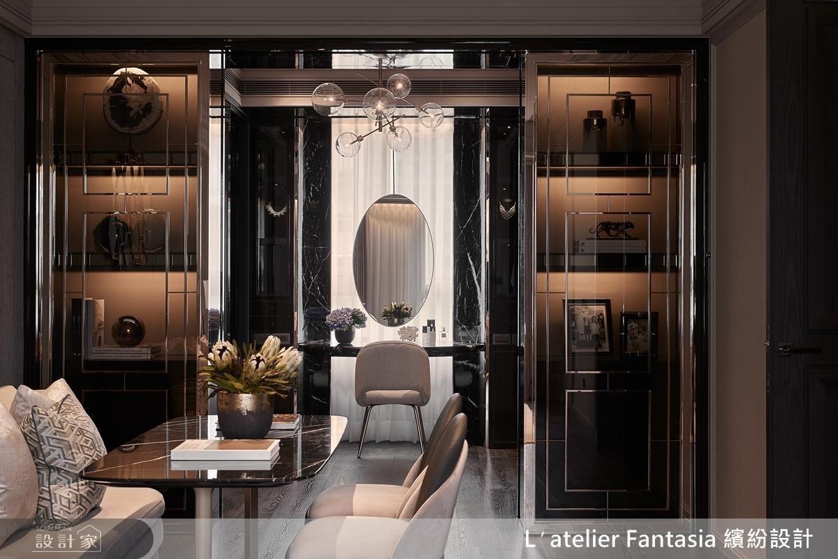 主臥室,右側為完整的更衣梳化空間,鏡玻材質伴著金色的光線,有如大亨小傳的場景。