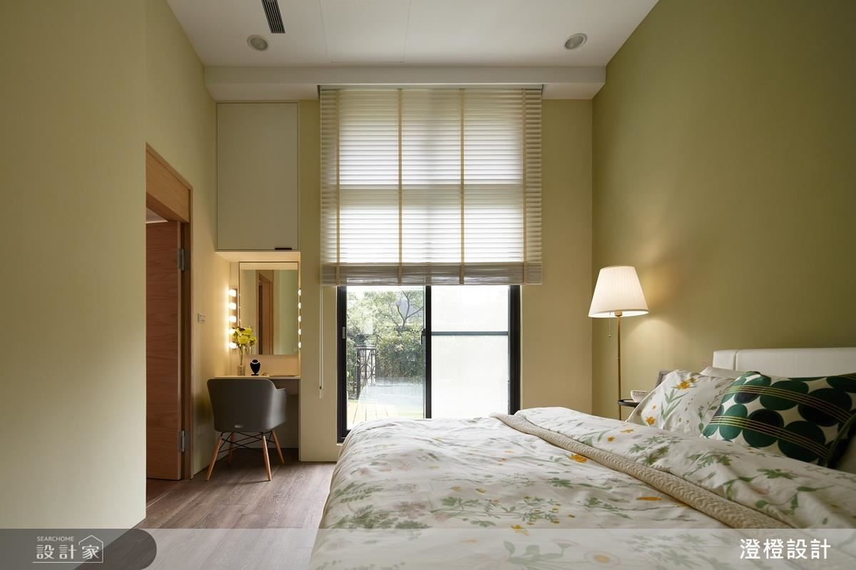 主臥漆上橄欖綠與戶外綠意相互映襯出舒適氛圍。