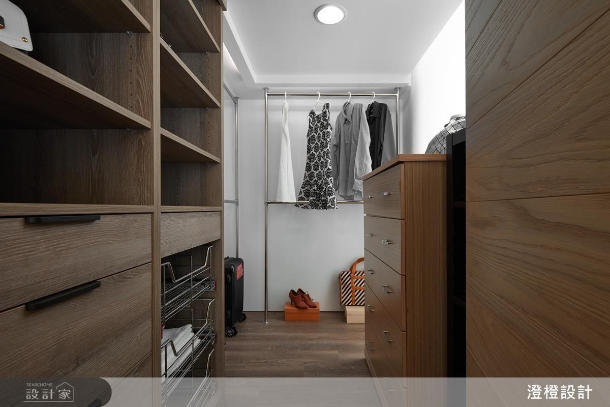 主臥妥善運用夾層下的畸零空間,打造機能充足的更衣室。