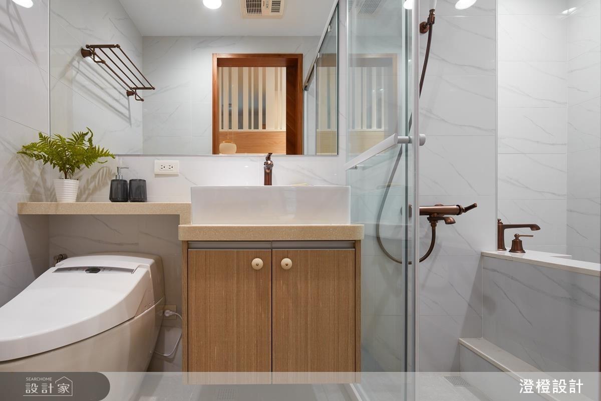 主衛浴實現屋主所希望的泡澡空間,以淺灰色大理石紋與銅色復古造型龍頭,相襯出質感。