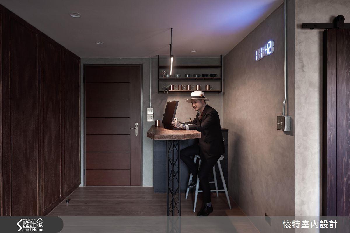 如果機能需求不高,選擇一張簡約的桌檯或是高腳椅家具,加上收納層架、櫃體,就能打造出實用又有質感的吧檯設計。