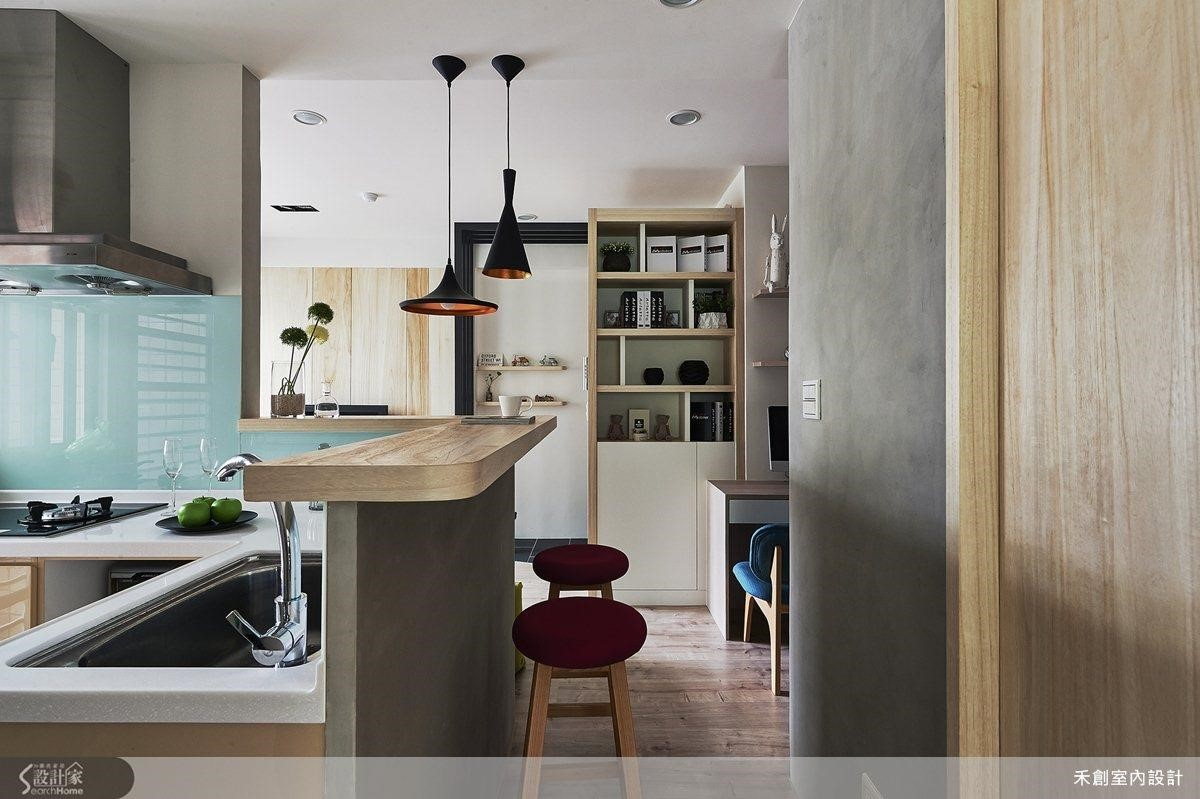 半身高的矮牆加設一道寬敞檯面,巧妙地在廊道與廚房之間打造出吧檯區。