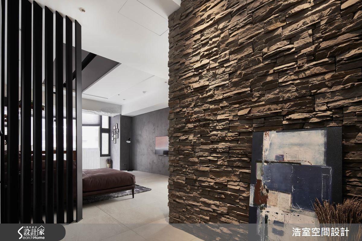 進門玄關處運用鐵件格柵區隔入口與客廳,特殊彎曲角度讓光影有了不同的變化,與一旁的文化石牆面,串聯出幽靜的空間意象。