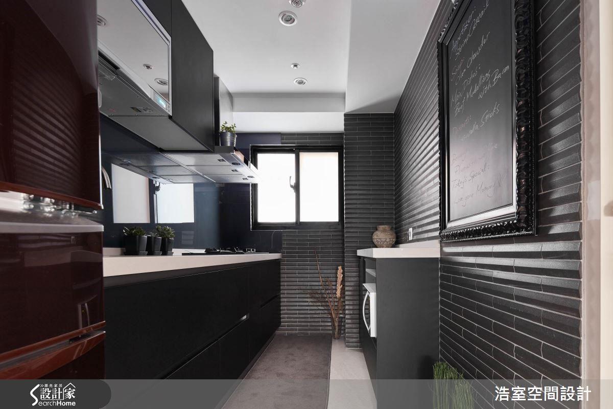 將戶外使用的二丁掛移入廚房,立體山型特性為視覺創造新奇感受。