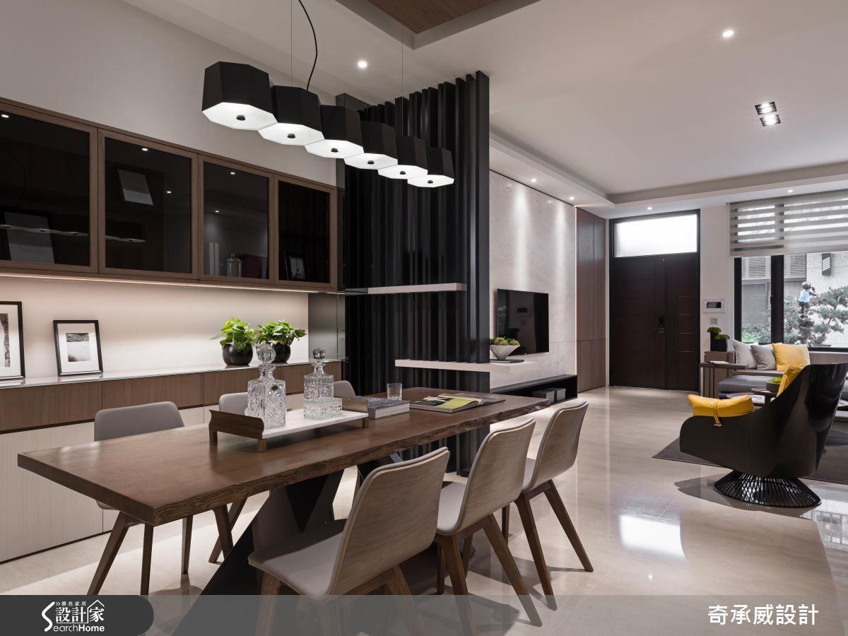 層板結合格柵的透視格屏,區隔客廳與餐廚空間,而木作餐桌椅的擺設,與空間調性相互呼應。