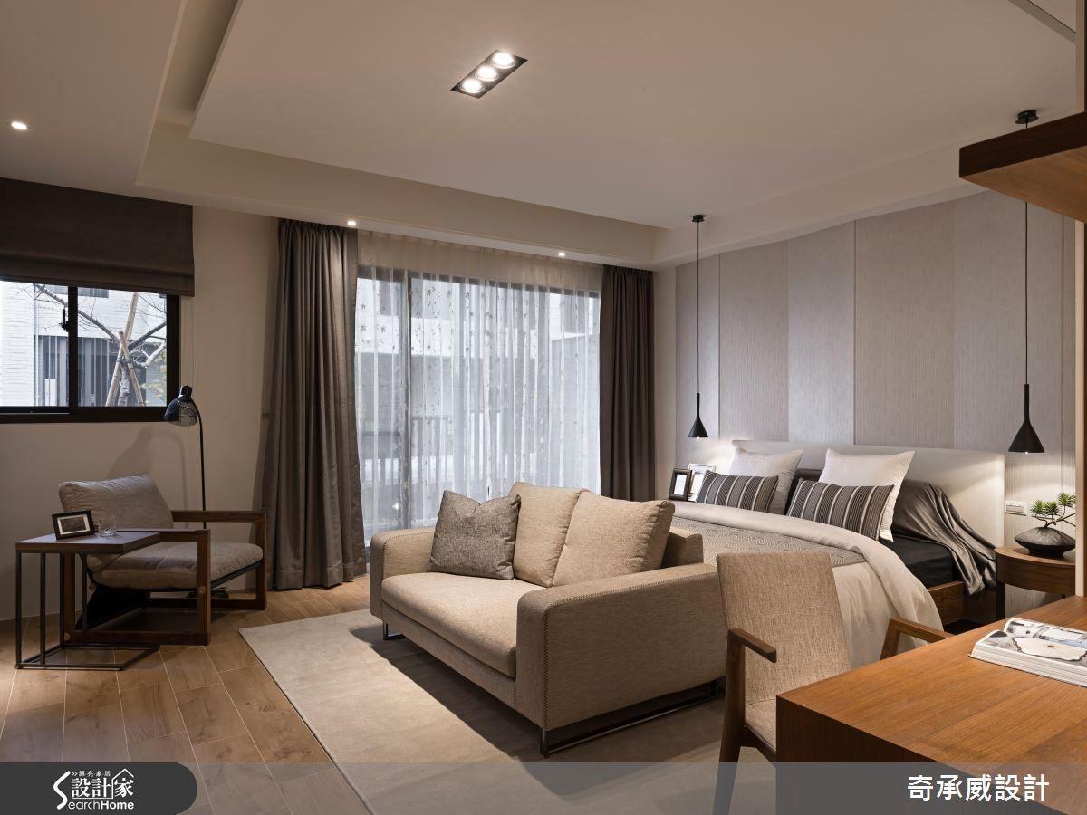 延續一樓帶來的舒適感,二樓主臥室選用溫暖大地色系,加上大面落地窗設置,照映出寬闊通透感。