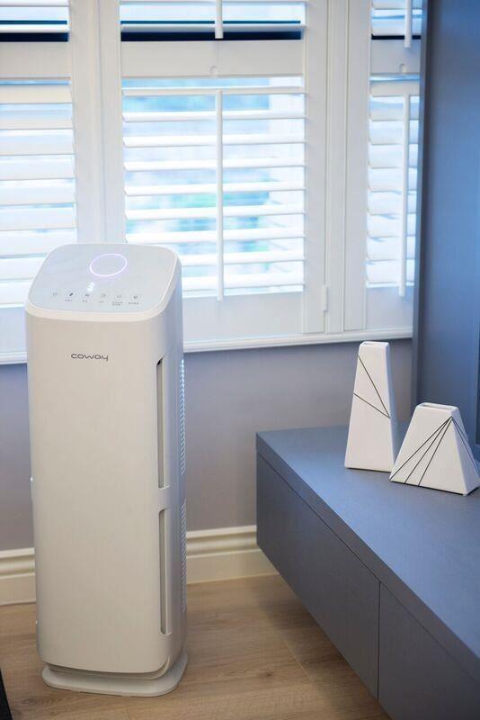 Coway AP-1216 濾淨力空氣清淨機,簡約流暢的線條顯示設計, 輕鬆監測空氣品質,適合大空間使用(至大 18 坪)。