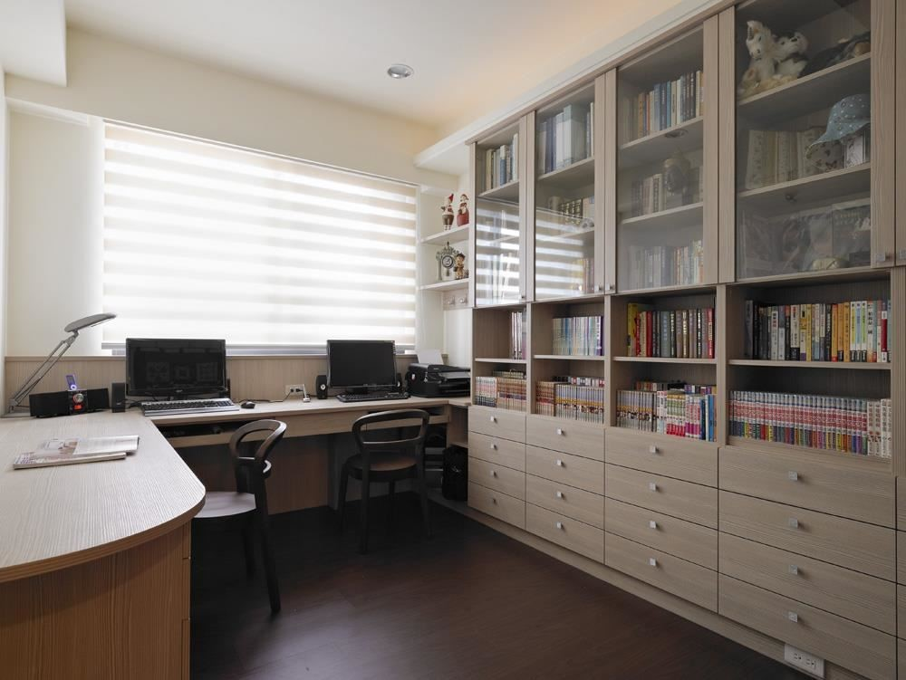 在書房裡放上另一張與工作桌風格迥異的書桌,準備工作資料。