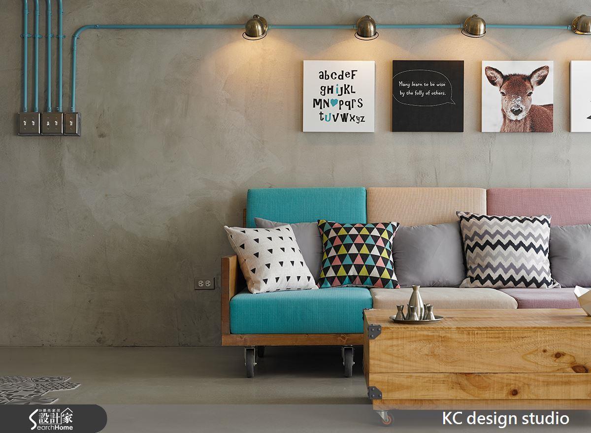 為了讓工業風不要太過冷硬,將家具、軟件與管線鋪上甜美色彩。
