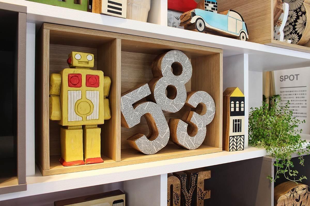 VOX家飾系列裡耐人玩味的機器人木雕飾,堪稱創意的活力展現,數字木雕飾則搭配英文報紙做異材混搭後,塗裝上細緻表面漆。