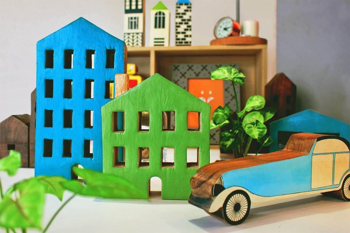 趣味的房子與古董車木雕飾,像童話般的歐洲小鎮,色彩鮮明且生動。