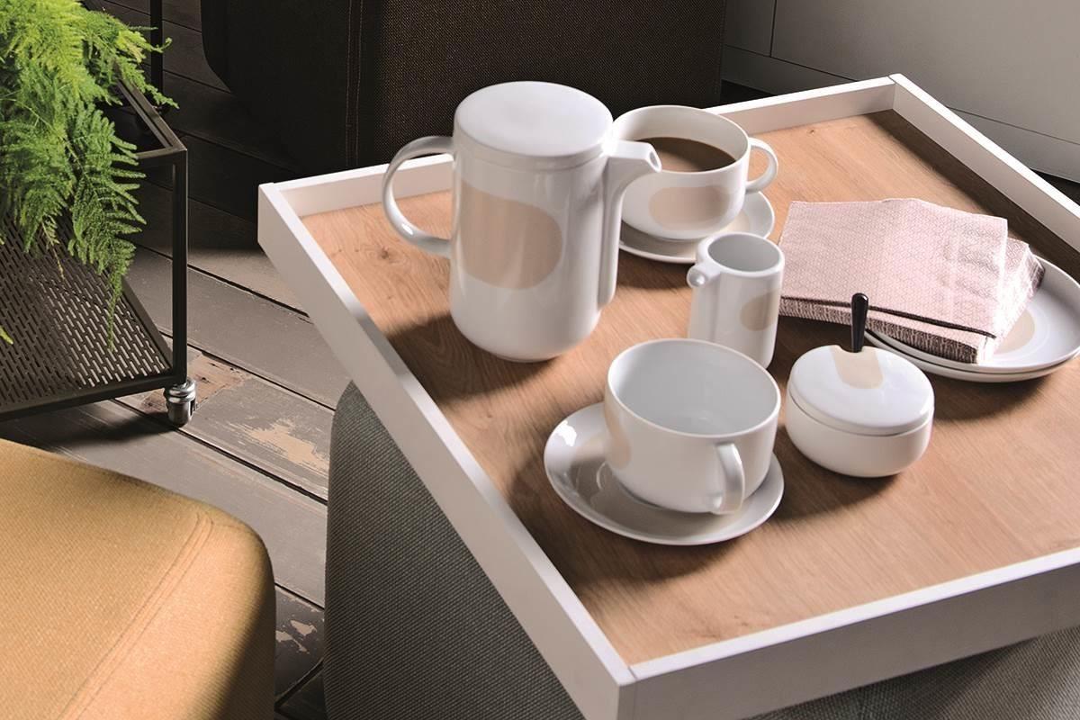 優雅佐茶的刷色款下午茶餐具,搭配 MUTO 系列的咖啡桌,讓心情馬上得以放鬆。