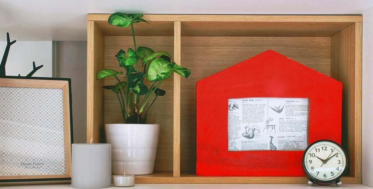 原木雕飾與相框結合,房子造型搭上鮮明的色彩,增添家飾品的層次感。