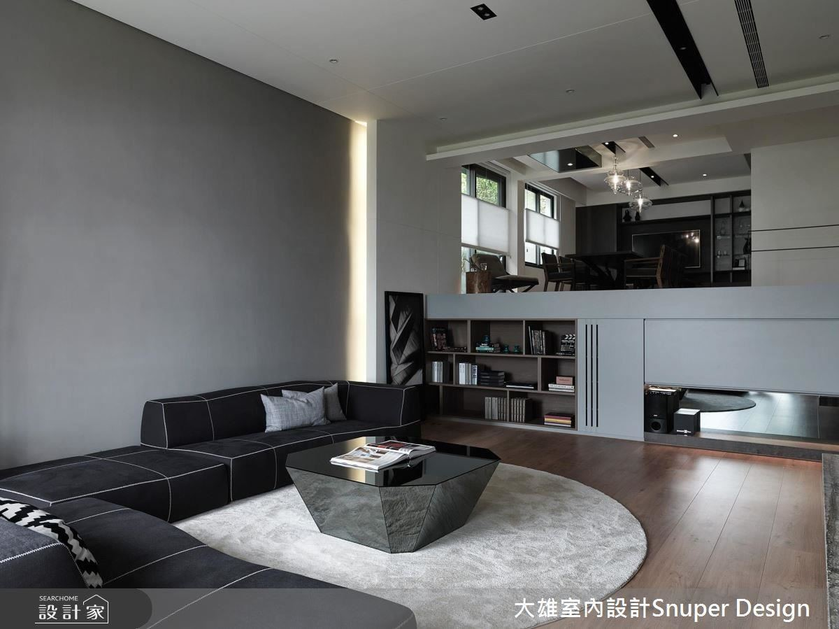調整錯層比例、放低家具的高度、將牆面作為收納及展示櫃使用,化劣勢為優點!