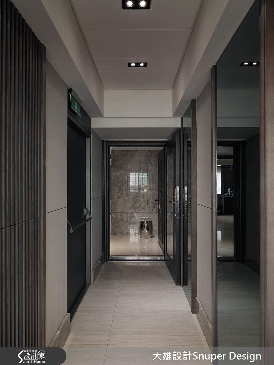 換上現代化設計、調整光源後的梯廳,讓老公寓也能有豪宅般的氣勢。